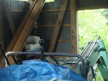 ユンボ小屋の蜂の巣