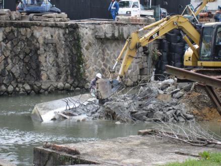 港橋北側工事20100402コンクリート壁取壊後