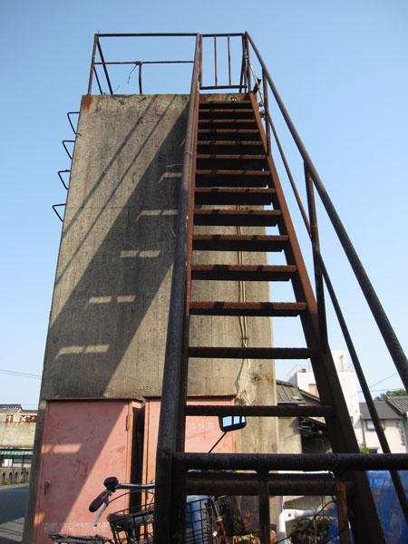 みなと水門④20090509水門上に上がる階段