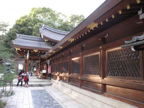 今宮神社本殿向かって右手より拝殿