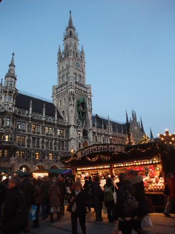 市庁舎とマーケット