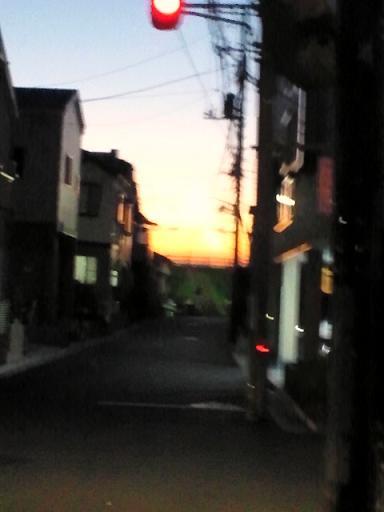 服と夕日 002