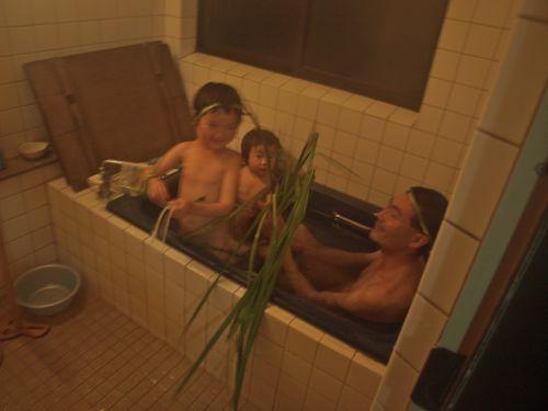 菖蒲(しょうぶ)湯に入る