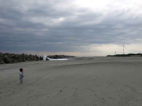 8広い砂浜で