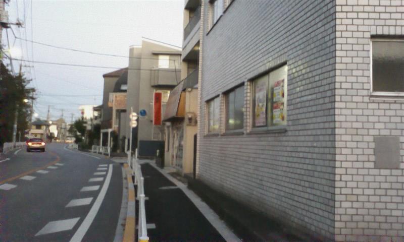 道順⑧ 劇団いろはの建物の前も通り過ぎ―