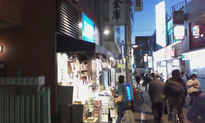 道順③ 通りをずんずん歩いていきす。カルディコーヒーもあります。