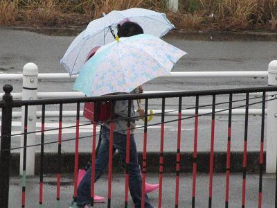 愛 雨の中歩く