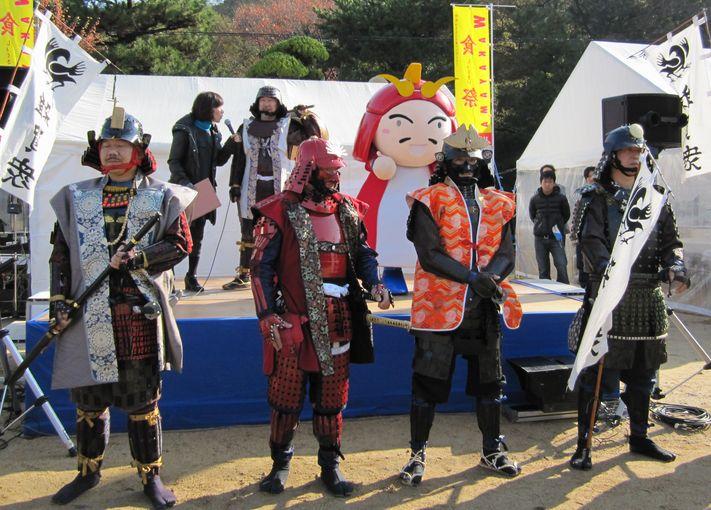 雑賀孫市のキャラクター着ぐるみ「まごりん」と勢揃いした雑賀衆甲冑隊