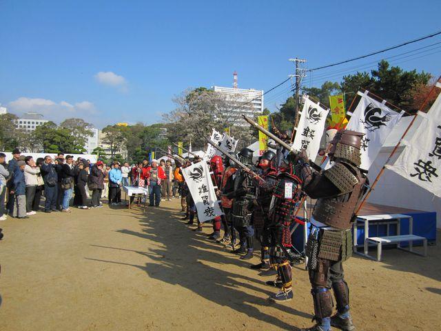 雑賀衆甲冑隊の模擬火縄銃演武