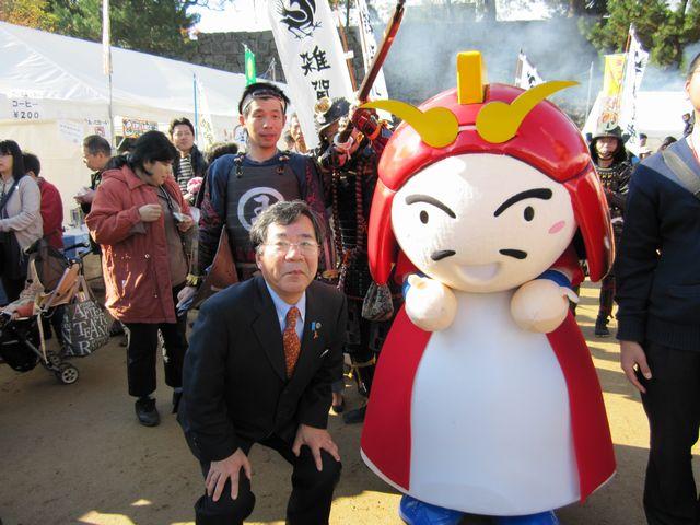 雑賀孫市のキャラクター着ぐるみ「まごりん」と和歌山市長