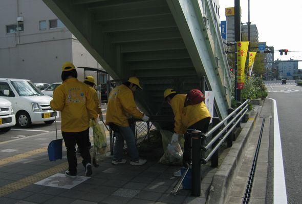 まごりん&ヤタっちスタッフジャンバーを着て清掃中の美化推進員