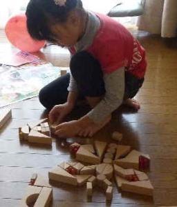 積み木製作中ゆっちゃん