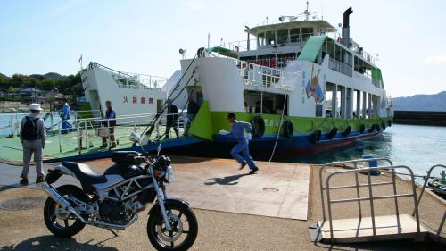 忠海港10:30発フェリーに乗り込む