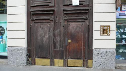 巨大ドア下