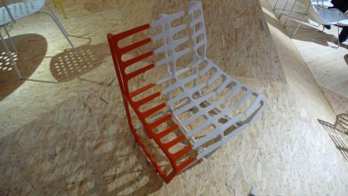 赤白の椅子