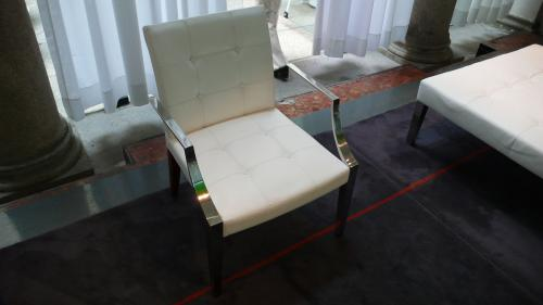 白ひじSUSの椅子