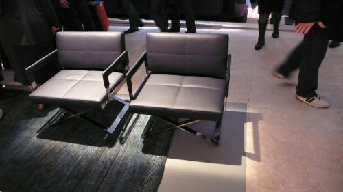 グレーの椅子