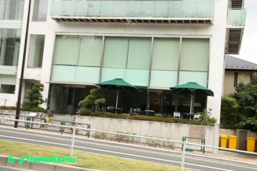 反対側のカフェ