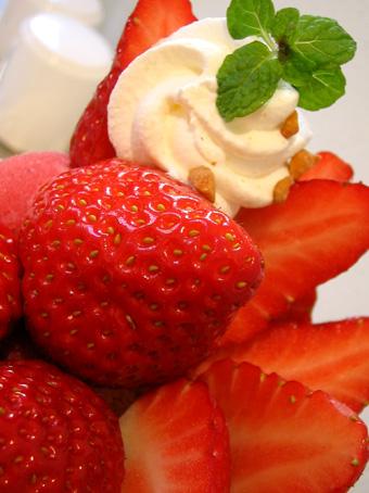 『高野フルーツパーラー』の苺パフェ