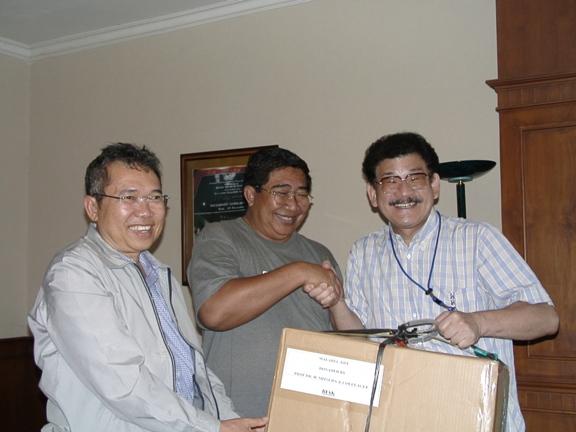 2ビアク島にマラリア診断キットを直接贈呈(2006年8月)