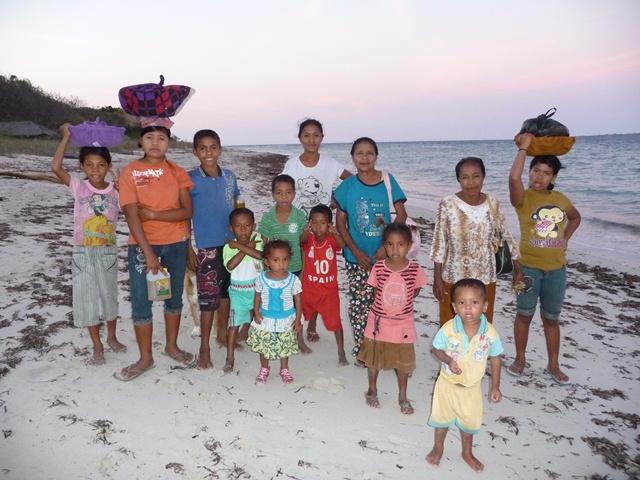夕刻迫る村人の帰路(パンテル島、アロール州)