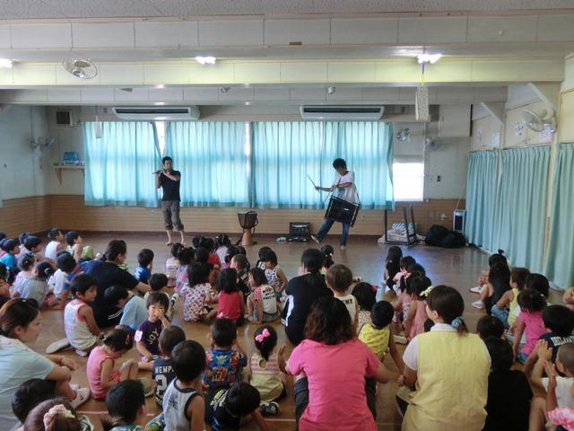 石巻市内の保育所でのボランティア演奏の様子(石巻市立鹿妻保育所、8月11日)
