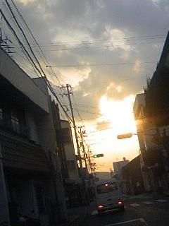 町の谷間の太陽!