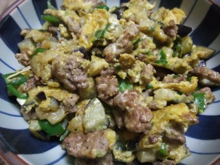 scrambled eggs with veggies and ground beef