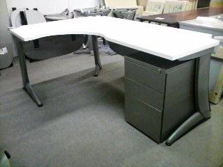 SteelcaseL型デスク