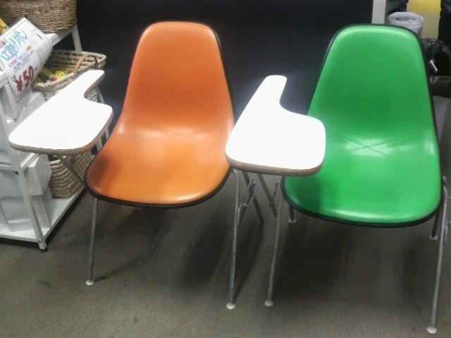 スクールベースのグリーンとオレンジ