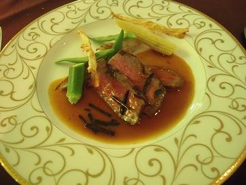 特選黒毛飛騨牛ロース肉のグリエ 旬の野菜 サマートリフの香りマデラソースで