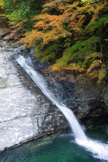 休憩所前の滝_1