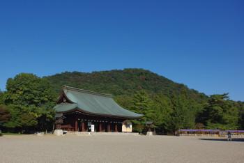 拝殿と畝傍山