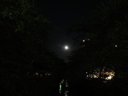 満月が照らす川面