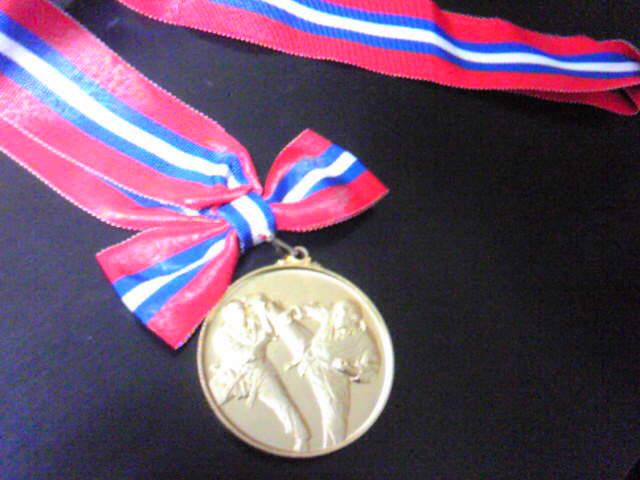 金メダルの中でゴツイおっさんが闘ってます。