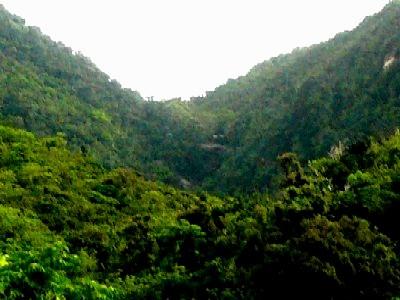 山間に見えるユツン三段の滝