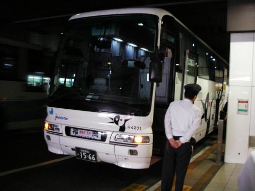 天神バスセンターにてはかた号博多4201