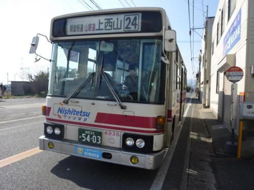 山家駅前にて原4936の24番。とうとうスペースランナーから赤バスになりました