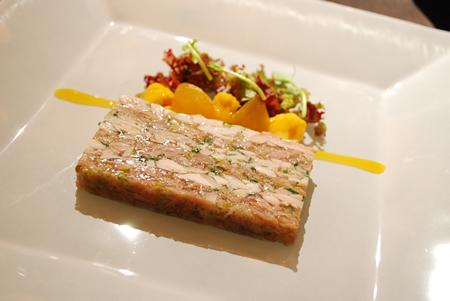 スモークハムとコンフィした鶏もも肉のテリーヌ 季節野菜のピクルス仕立て英国風