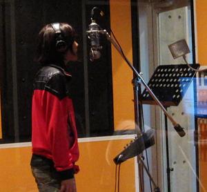 歌ってます!!
