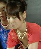 青木裕子アナ前屈みで乳首ポロリのハプニング映像