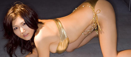 ゴージャスな金色や銀色の水着を纏ったおっぱい♪