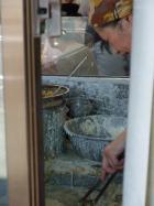 暑い中、職人技の見事な手際で天ぷらが揚がります。