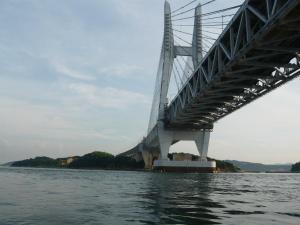 海から瀬戸大橋を眺めます