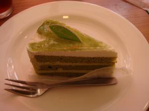 テツの3個目。抹茶のケーキ