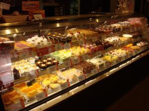 ショーケースに入っているケーキのほとんどが食べ放題対象なのだ