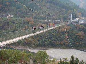 谷瀬の吊橋。やっと片道来たのだ。