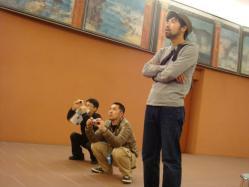 絵画を眺める3人