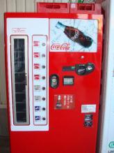 ビンのコカ・コーラの自動販売機もあります