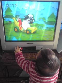 テレビにへばりつくあいちゃん@もうすぐ1歳